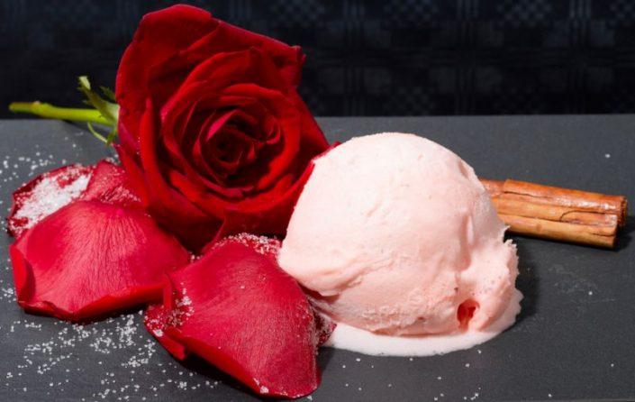 Con pétalos de rosas.