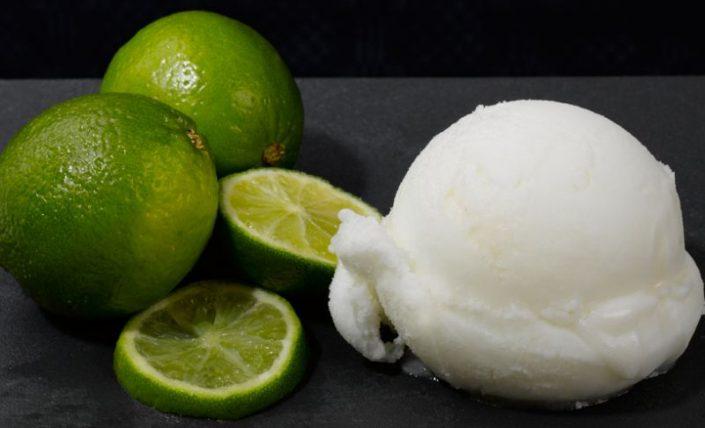 Con limones recién exprimidos.